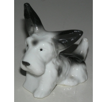 "Sculpture Chien couché ""Fox Terrier"", en porcelain"