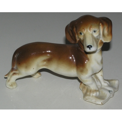 "Sculpture Chien ""Basset"", en porcelaine brune."