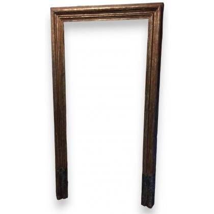 Cadre de porte, en sapin argenté et faux marbre.